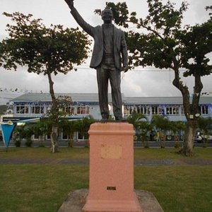 """""""Sir John"""" med landets frihetsförklaring i sin högra hand. ( Constitution Park)"""