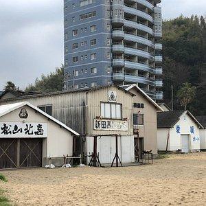 このあたりは、映っていない松山大学の艇庫を含め、、5校の艇庫が並んでいます。