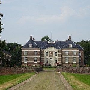 """Huize Almelo gezien vanaf de 17de eeuwse laan""""Gravenallee""""in het centrum van de stad Almelo,Twente"""