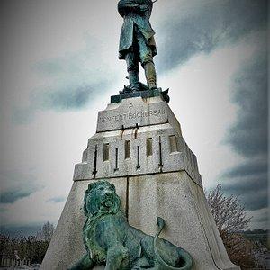 La place Pierre Denfert-Rochereau, est le parking idéal pour les valides à saint-Maixent-l'Ecole, tout est accessible à pied depuis cet endroit.  C'est aussi l'emplacement d'un monument, œuvre de Jean-Baptiste BAUJAULT (1828-1899), sculpteur né et mort à La Crèche, érigé à la gloire d'un héros de la guerre contre les Prussiens en 1870, Pierre Denfert-Rochereau.