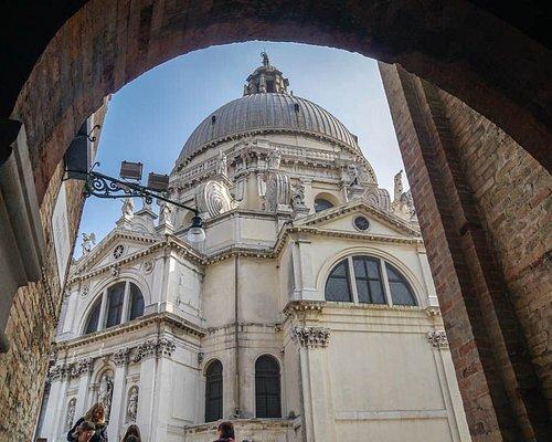Santa Maria della Salute o, en castellano, Basilica de Santa Maria della Salud. Uno de los múltiples y destacados atractivos de la ciudad de Venecia es, sin lugar a dudas, su arquitectura. Imponente, impresionante, bonita, ornamentada, cuidada, llena de detalles, envolvente, abrumadora...