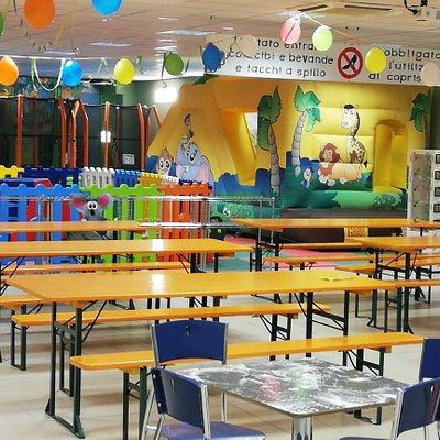 Per trascorrere momenti piacevoli con aperitivi, caffetteria, panini, piadine, focacce, pizza,ecc ......mentre i vostri bimbi si divertono nella zona giochi (gonfiabile, salterelli, playground)