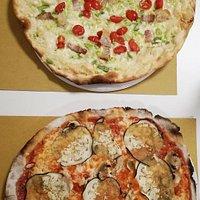 Pizza Candeli: mozzarella, porri, lardo, ciccioli, pomodorini + Margherita con melanzane