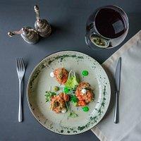 Попробуйте тар-тар из помидоров и авокадо. Подается с гелем из маслин, гуакамоле и соусом крем чиз.