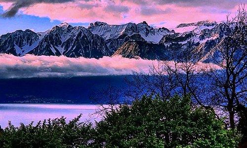 Beautiful view of the french and swiss mountains with the geneva (leman) lake ! Magnifique vue des montagnes françaises et suisses avec le lac léman !