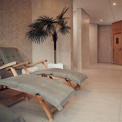 Het centrale halletje, met rechts sauna en links stoomcabine. Er staan 5 ligbedden + tijdschriften
