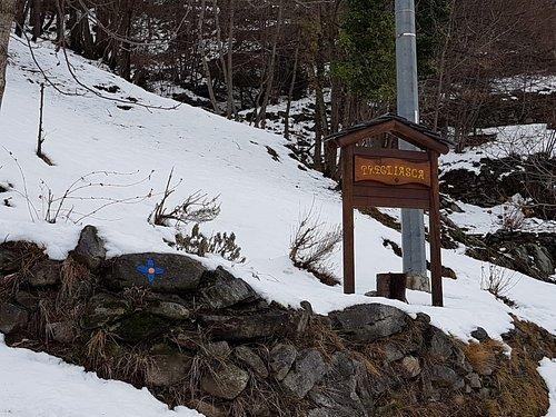La segnalazione della frazione Pregliasca, con l'inizio del sentiero