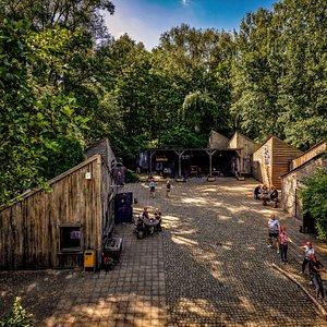 Locatie Outdoor Laarbeek, gedeelte binnenplaats, voor o.a. de activiteiten Wereldreis en Escaperoom. En na afloop een lekker drankje en b.v. een heerlijke Barbecue.