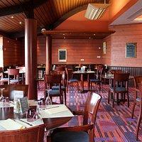 Salle de restaurant face à la mer