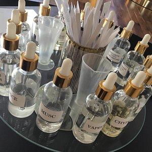 Un choix exceptionnel de senteurs riches et nobles à votre disposition afin de créer votre propre eau de parfum au cœur de notre atelier.