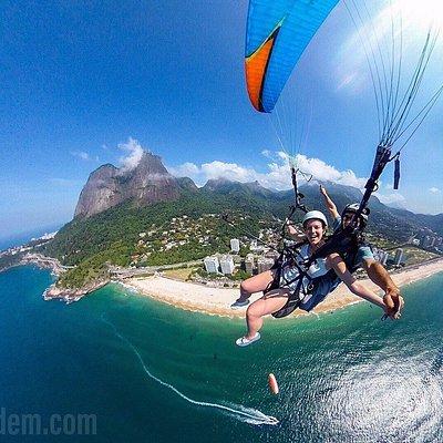 Flying a tandem paraglider over São Conrado beach! Paragliding in Rio de Janeiro, Brazil :)