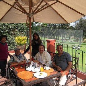 Desayunando en un entorno fresco, delicioso y festivo.