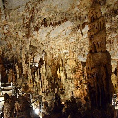 Υπέροχοι σταλακτίτες, σταλαγμίτες σπηλαίου Παιανίας