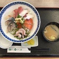 海鮮丼 旨い味噌汁付きで ¥1000-