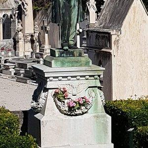 Замковая гора (Colline du Chateau), бразцово-показательное кладбище, памятник Герцену на нем, вид на порт.