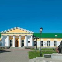 Входная группа музея ( вид с ул. Коммунаров).