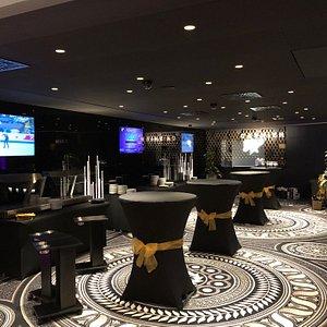 Netuším, který architekt tohle Casino dělal, ale je nádherný! Nejsou tu bedny, jen ruleta a Black Jack s krupiérem a poker (VIP turnaje a CG). Stojí za návštěvu.