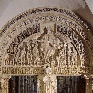 La façade et l'avant-nef de la basilique sont en travaux depuis début février jusqu'au printemps 2020. L'accès à la basilique se fait par un couloir en bois passant sous les échafaudages. Une reproduction agrandie du grand tympan est posé sur la façade durant la durée des travaux. Elle permet de voir ainsi ce chef-d'oeuvre de l'art roman du XIIème siècle.