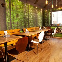 Hinterer Teil des Restaurants mit Fototapete des Hambacher Forsts