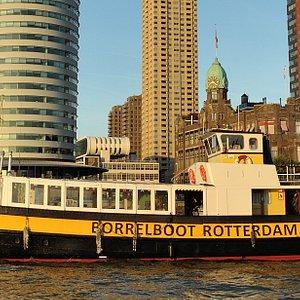 De Borrelboot vaart door Rotterdam.