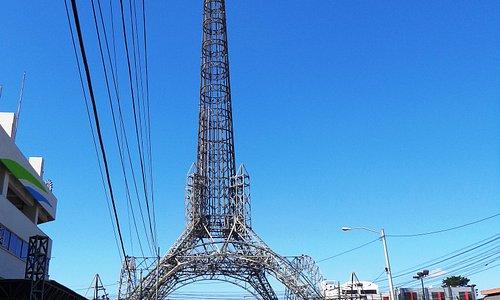 Así se visualiza la torre si una viene caminando desde el distrito reforma.