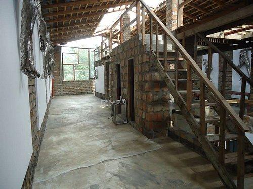 2 espacios expositivos y un café librería, esta es una foto del espacio expositivo dedicado al arte contemporáneo en el cuarto piso