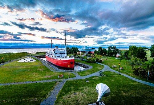 Le parc fluvial du Musée maritime du Québec et ses trois bateaux-musées.