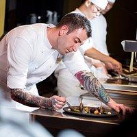 年輕有為的新銳鬼才主廚雅克柏‧弗西 (Iacopo Frassi)曾先後在義大利、倫敦、天津等地的米其林餐廳和國際連鎖酒店掌廚,擅以「純粹」的味覺演繹、「精準」的料理手法、「當代」的擺盤美感,幻化出匠心獨具的食尚藝術。Skillfully creative and talented, Chef Iacopo Frassi brings to the Bencotto kitchen contemporary culinary skills and innovative cooking methods that are full of delightful taste sensations.