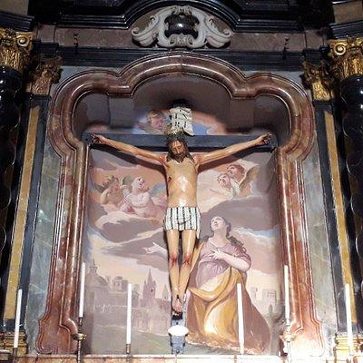 Altare del Crocifisso in marmi policromi, affresco settecentesco e Cristo ligneo quattrocentesco.