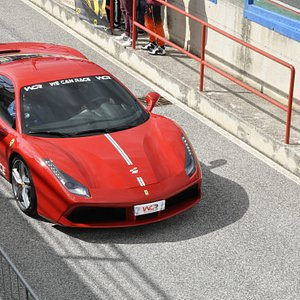 Guida la magnifica Ferrari 488 GTB in un vero circuito, 670 cavalli di pura potenza !