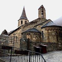 Precioso ejemplo del románico de la Val d'Aran. En un día frío y lluvioso, hay tiempo para visitar estas pequeñas iglesias encantadoras que pueblan toda esta zona de Cataluña.