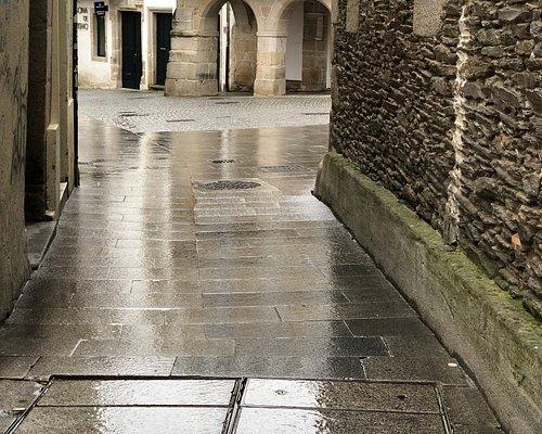 サンティアーゴ巡礼ホタテ貝の標識は、観光案内所から大聖堂へと導く