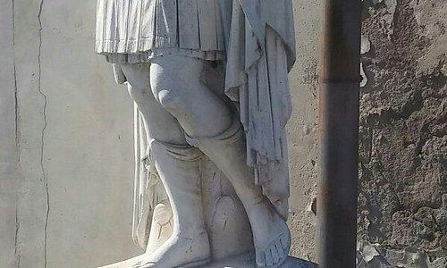 Statua all'esterno della struttura