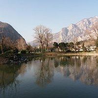 Il monte Moregallo che si specchia nell'acqua