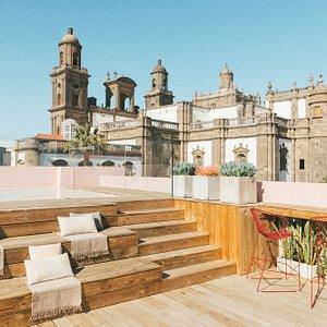 Zona azotea, terraza con piscina y servicio de bar con vistas a la Catedral.