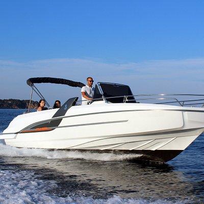 Esta es nuestra Beneteau Flyer 7.7 Spacedeck de nombre Marc. Es un barco de 7,7m de eslora con un motor fueraborda Yamaha de 250cv. Es un modelo nuevo del prestigioso astillero Beneteau. Esta impecable.