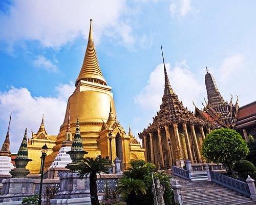 วัดพระแก้วเป็นวัดคู่บ้านคู่เมืองของประเทศไทย และกรุงรัตนโกสินทร์ เป็นวัดที่เหมาะแก่การณ์มาเดินเล่น ชมความสวยงามของวัด แต่ถ้ามาวันธรรมดาคนอาจจะไม่เยอะเท่า วันเสาร์-อาทิตย์ เพราะชาวต่างชาติจะมาเที่ยวกัน