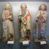 Träfigurer i Röks Kyrka i Rök