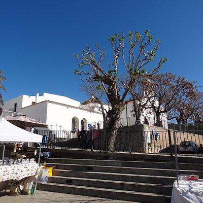 Junto a la iglesia de San Juan. En la ruta de Iglesias blancas
