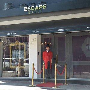 No Escape Hotel a imersão já começa na calçada. Um hotel misterioso onde cada porta te leva a lugares e épocas diferentes.