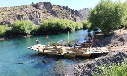 Villa Llanquil a orillas del rio Limay, un pueblo que se resiste a los puentes y utiliza la balsa, es muy pintoresco y pequeño que recientemente festejo sus 78 años