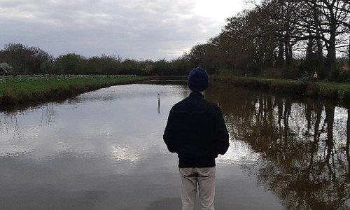 Devant un des petits étang du Parc de Saint-Jacques