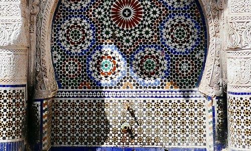 カラフルなアラベスク文様で飾られた壁面に蛇口がついている