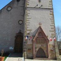 Eglise Saint-Nicolas à Orschwihr (façade principale et monuments aux morts)