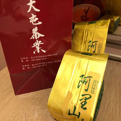 The shop owner kindly gave us explanations about wide range of teas during tasting. 店のご主人は多岐にわたるお茶の説明を親切にしてくれました。 Even for tasting he sincerely served cups of Taiwan tea. 試飲にもかかわらず、丁寧に6杯まで注いでくれました。豊かな時間を過ごせました。 If you really love tea, you can trust him and quality. 本当にお茶を愛するひとにお勧めします。 観光客相手のお店ではないので、ひっそりと行ってください。 Though he can't speak English nor Japanese, we communicate with him by writing Chinese characters. 日本も英語も通じませんので筆談してください。