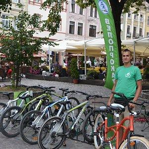 """Вот так выглядит наш пункт проката велосипедов в центре города на пл. Рынок, 1 позади фонтана """"Амфитриты"""" возле здания Ратуши."""