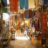 vista de una callejuela del shuk árabe.....los productos incluso cuelgan sobre tu cabeza