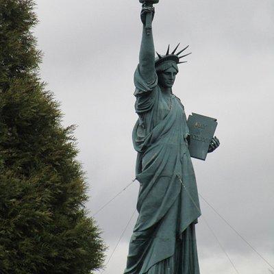Een beeld gebruikt in een film (naam ontschiet me nu even). Daarna in Barentin geplaatst als symbool voor de handelsvrijheid.