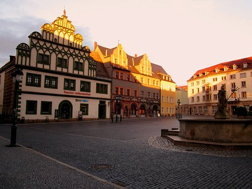 Ostseite Marktplatz mit Stadthaus (Stadtinfo) und Cranachhaus / rechts: Neptunbrunnen, dahinter: Hotel Elephant
