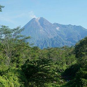 Tempat favorit untuk ambil foto Gunung Merapi adalah Puncak Kaliadem, Bukit Klangon, Kalitalang dan yang  dekat dengan Prambanan Dam Bronggang Cangkringan.